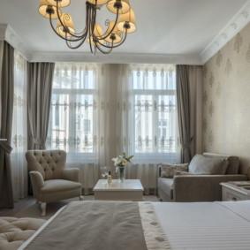 Люстра на светлом потолке спальни