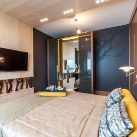 Широкая кровать в небольшой спальне