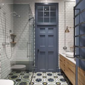 ванная комната с высоким потолком