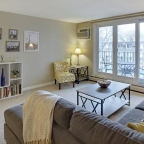 Светлая гостиная с открытым балконом