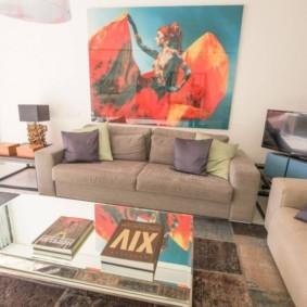 Яркий декор гостиной в трехкомнатной квартире