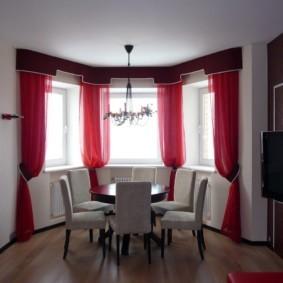 Красные шторы из легкой вуали
