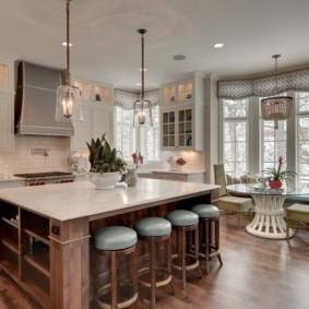Кухня-гостиная с эркером в частном доме
