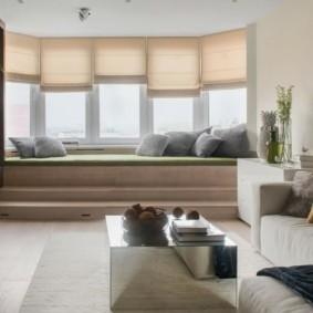 Римские шторы над узким диванчиком