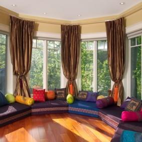 Яркие подушки на диванах в гостиной