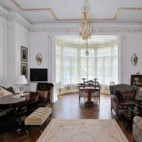 Люстра с позолотой на белом потолке