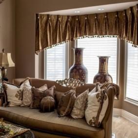 Ламбрекен из плотной ткани на окне в эркере
