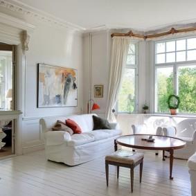 Белые чехлы на мягкой мебели