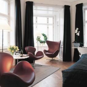 Черные шторы в светлой комнате