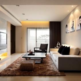 Черные шторы в гостиной прямоугольной формы