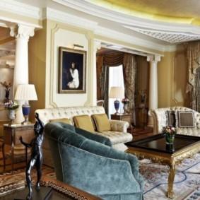 Интерьер гостиной с античными колоннами
