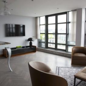 Большие окна в просторной гостиной