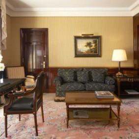 Письменный стол в общей комнате