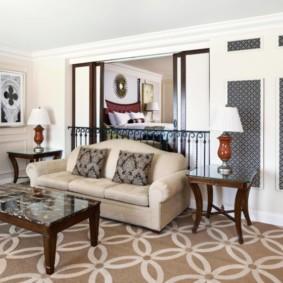 Раскладной диван в зале частного дома