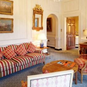 Удобный диван с обивкой в полоску