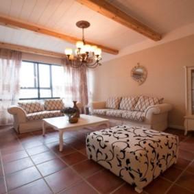 Керамический пол в комнате с деревянным потолком