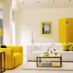 Мягкое кресло ярко желтого цвета