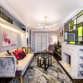 Дизайн гостиной с камином и диваном