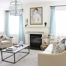 Голубые занавески на окнах гостиной