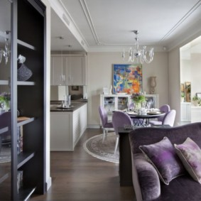 Фиолетовая обивка мебели в кухне-гостиной