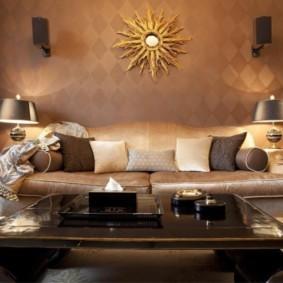 Большой диван с кожаной обивкой