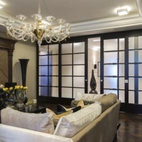 Раздвижные двери с матовыми стеклами