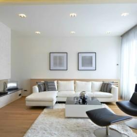 Белый потолок в гостиной двушки