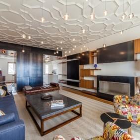 Рельефный потолок в квартире панельного дома