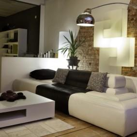 Стильный светильник над диваном в гостиной