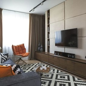 Геометрический принт на ковре в гостиной