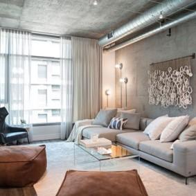 Серый потолок в гостиной комнате