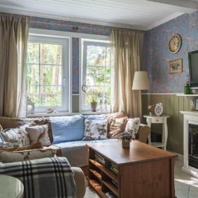Уютная гостиная с бумажными обоями