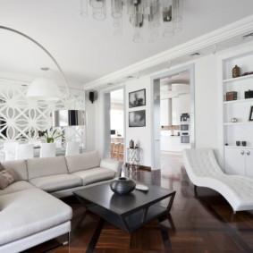 Белая мебель на паркетном полу