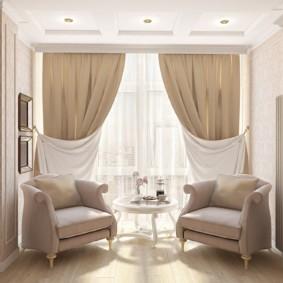 Двухсторонние занавески на окне гостиной