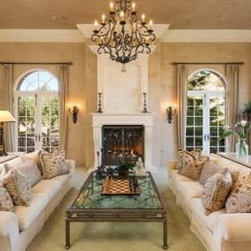 Интерьер гостиной в частном доме с двумя диванами