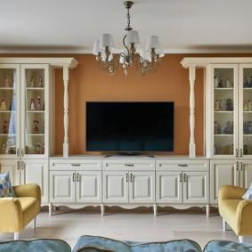Деревянная мебель в гостиной неоклассического стиля