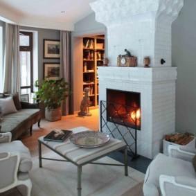 Уютная гостиная с белым кирпичным камином