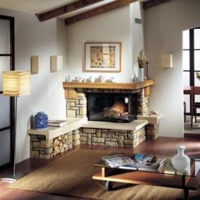Угловой камин в гостиной кантри стиля