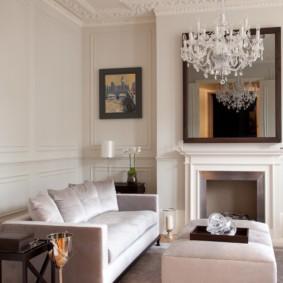Белая люстра на потолке комнаты с камином