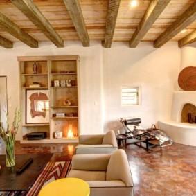 Деревянные балки на потолке жилой комнаты