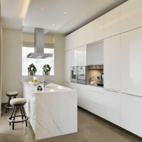 Белая мебель в светлой кухне