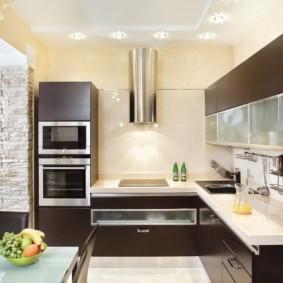 Угловая кухня с белым потолком