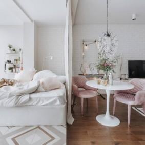 Белая штора в роли разделителя пространства