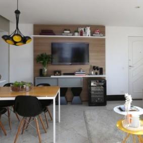 Черные спинки кухонных стульев