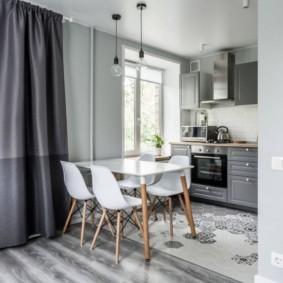 Белые спинки стульев в обеденной зоне кухни