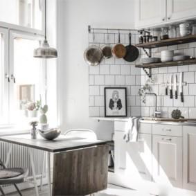 Сковородки на стене кухни в квартире