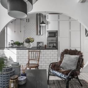 Проем овальной формы между кухней и гостиной