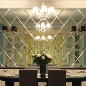 Зеркальная плитка над обеденным столом