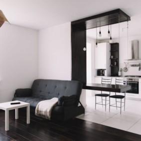 Барная стойка в проеме между кухней и гостиной