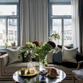 Удобный диван в комнате с двумя окнами